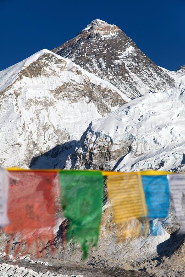 Zet Everest met boeddhistische gebedvlaggen op stock foto