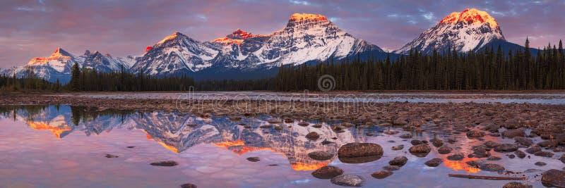 Zet Fryatt en Draaikolkpiek met de Athabasca-Rivier bij zonsopgang op royalty-vrije stock afbeeldingen