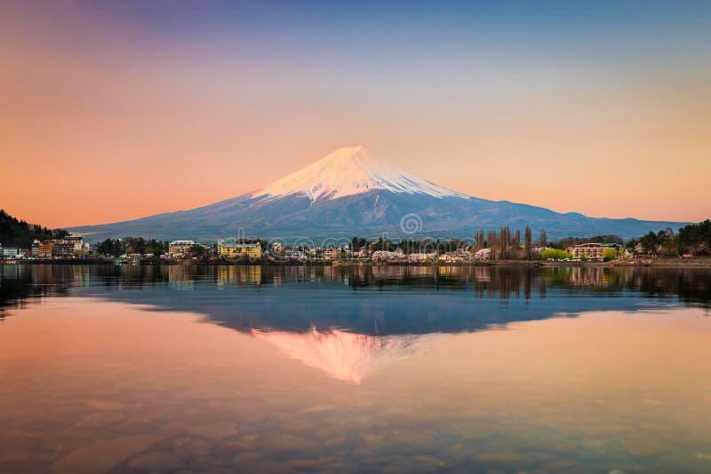 Zet Fuji bij Kawaguchiko-meer, Japan op royalty-vrije stock afbeelding