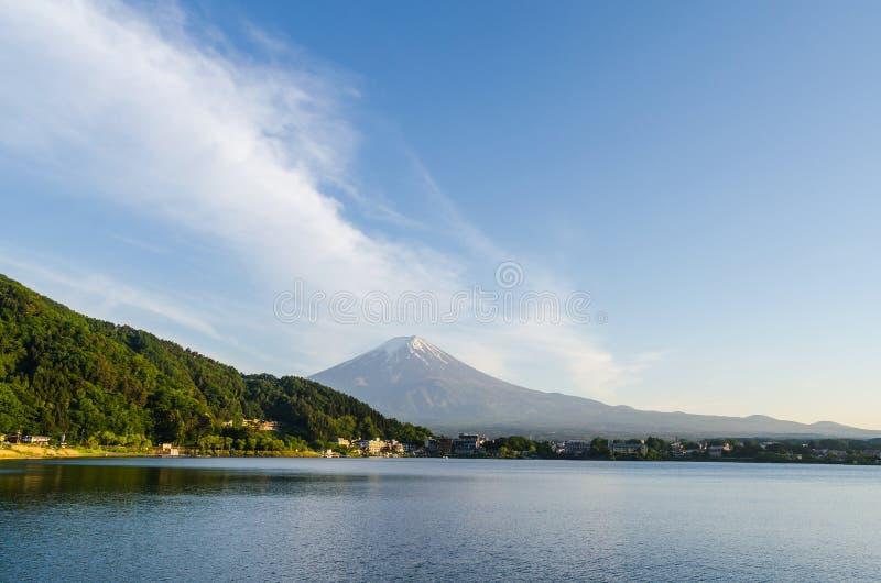 Zet fuji en blauwe hemel bij kawaguchikomeer Japan op royalty-vrije stock foto's