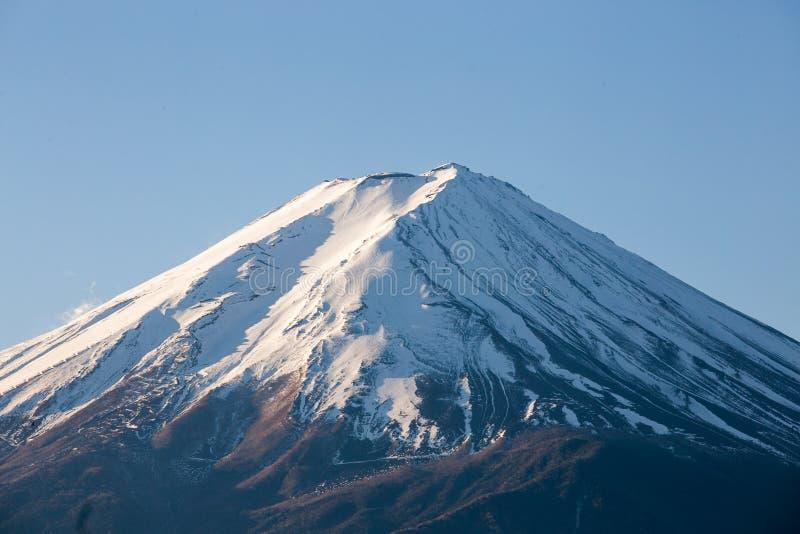Zet Fuji en sneeuw op piek bij Kawaguchiko-meer op royalty-vrije stock fotografie