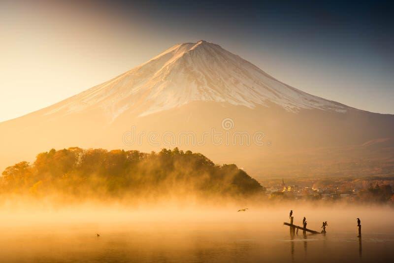 Zet Fuji in Kawaguchiko Japan op zonsopgang op royalty-vrije stock foto's