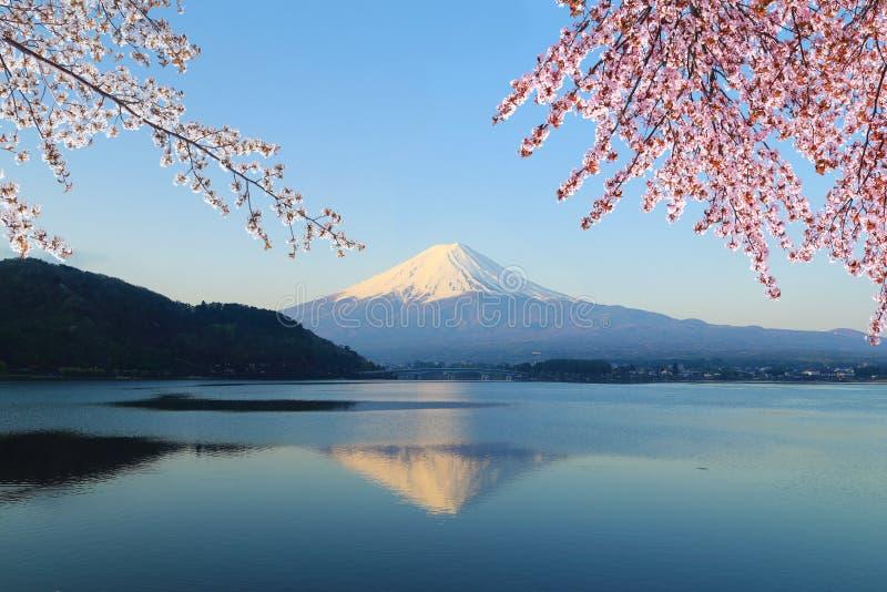 Zet Fuji, mening van Meer Kawaguchiko op royalty-vrije stock afbeelding