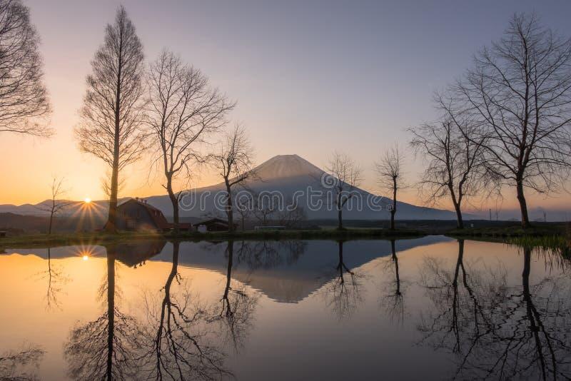 Zet Fuji tijdens zonsopgang met meer op in Fumoto stock afbeelding