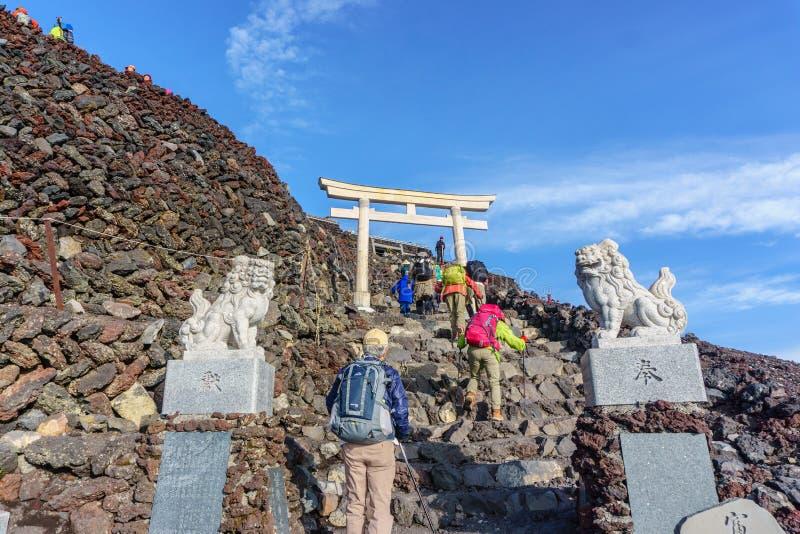 ZET FUJI, YAMANASHI, JAPAN - Juli 25, 2017 op: Torii bovenop F royalty-vrije stock foto's