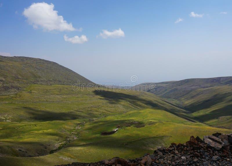 Zet het Geïsoleerde Huis van Aragats op Landschap stock foto's