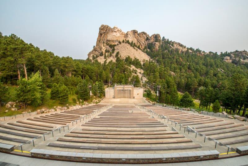Zet het het Nationale Herdenkingsbeeldhouwwerk & Amfitheater van Rushmore op stock afbeeldingen