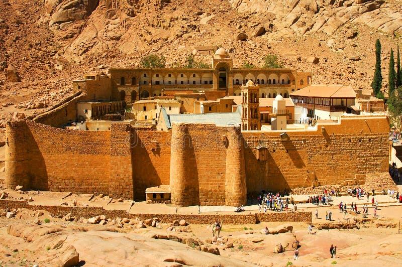 Zet het het Klooster Heilige Klooster van heilige Catherine van de Betreden God Sinai, mond van op een kloof bij de voet van Onde stock foto