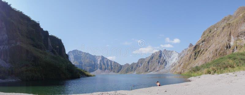 Zet het meer van de pinatubokrater op stock fotografie