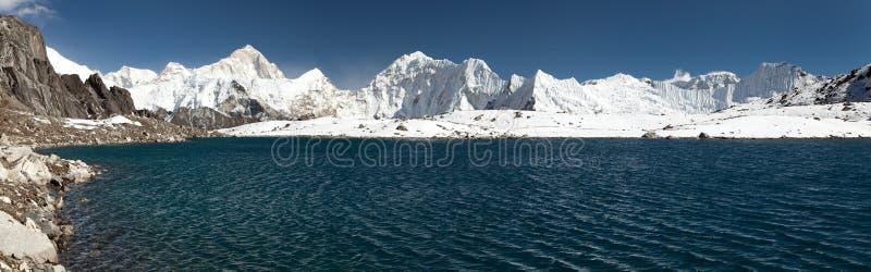 Zet Makalu boven meer dichtbij Kongma-de pas van La op royalty-vrije stock foto's