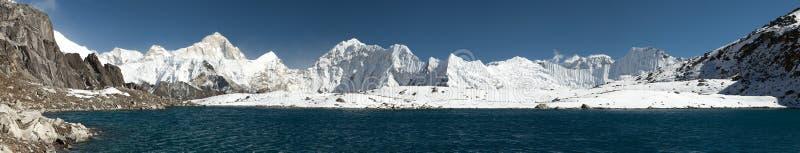 Zet Makalu boven meer dichtbij Kongma-de pas van La op royalty-vrije stock foto