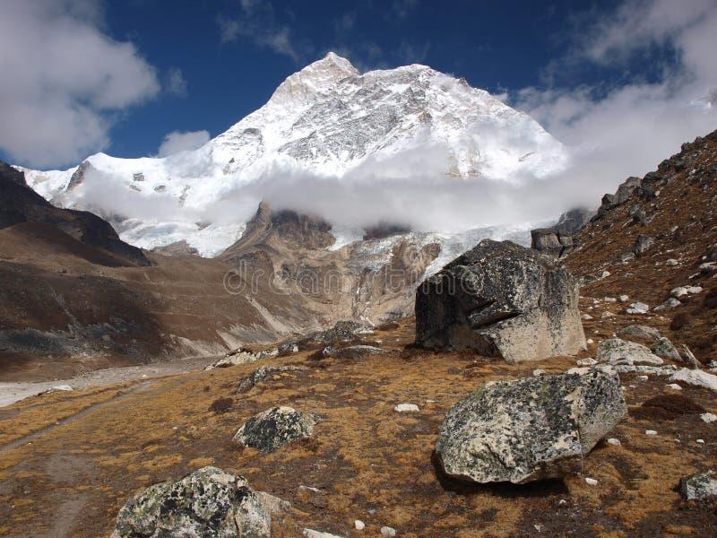 Zet Makalu in het Himalayagebergte op stock foto