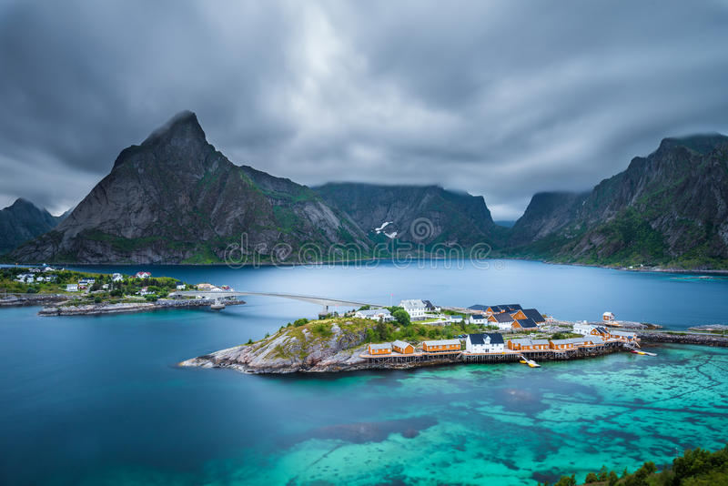 Zet Olstind boven het Sakrisoy-visserijdorp op, Lofoten, Norw royalty-vrije stock foto's
