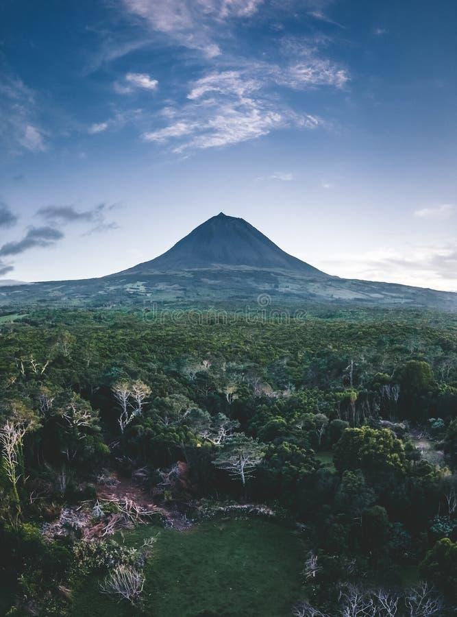 Zet Pico Mountain Aerial Drone-beeld met vulkaan westelijke die helling van oceaan met top Piquinho na zonsondergang wordt bekeke royalty-vrije stock afbeelding