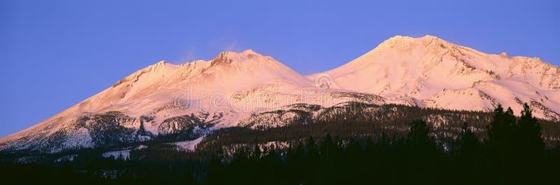 Zet Shasta bij Zonsondergang op, Californië stock foto's