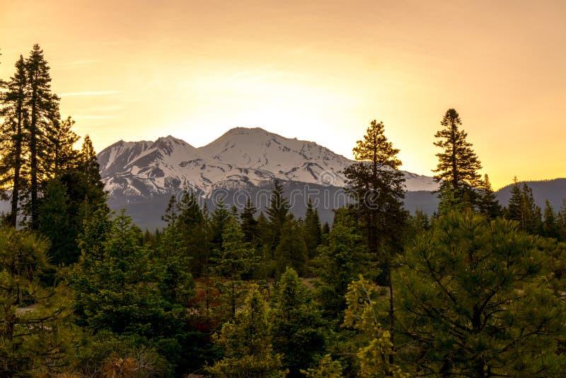 Zet Shasta-Zonsopgang op royalty-vrije stock fotografie
