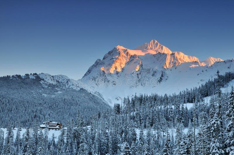 Zet Shuksan de winterzonsondergang op royalty-vrije stock foto's