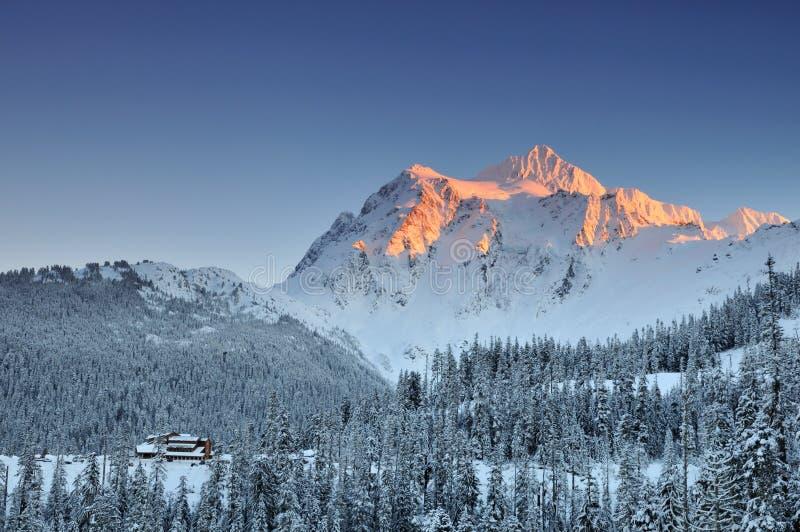 Zet Shuksan de winterzonsondergang op stock afbeeldingen