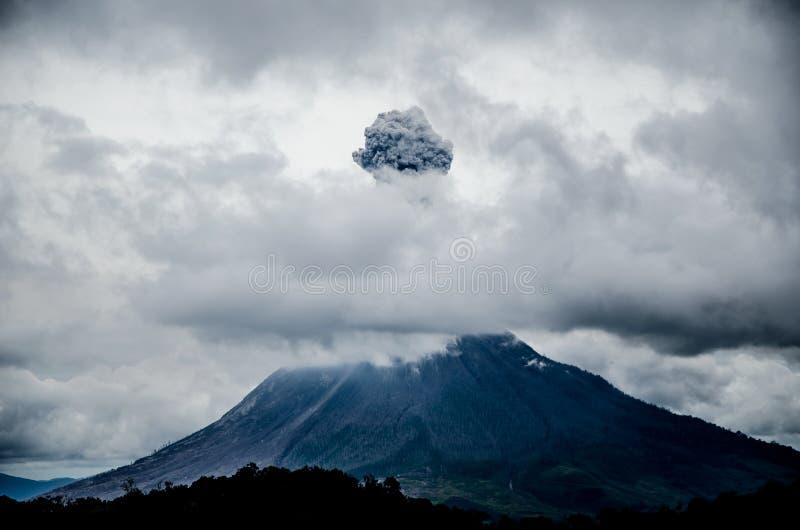Zet Sinabung, het Noorden Sumatra, Indonesië op stock fotografie