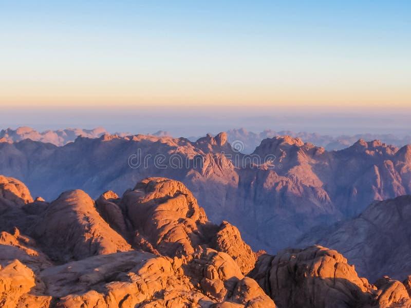 Zet Sinai bij zonsopgang op stock afbeelding