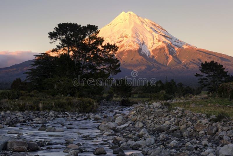 Zet Taranaki bij zonsopgang, Taranaki, Nieuw Zeeland op royalty-vrije stock foto
