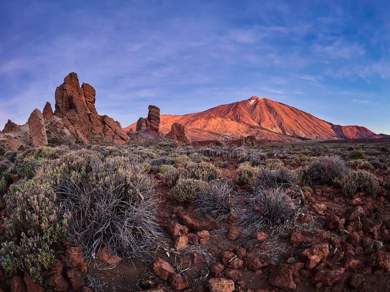 Zet Teide op Tenerife op Mooi landschap in het nationale park op Tenerife met de beroemde rots, Cinchado, Los Roques DE Garcia stock fotografie