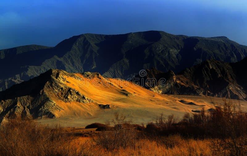 Zet woestijn onder de zonsondergang op stock foto
