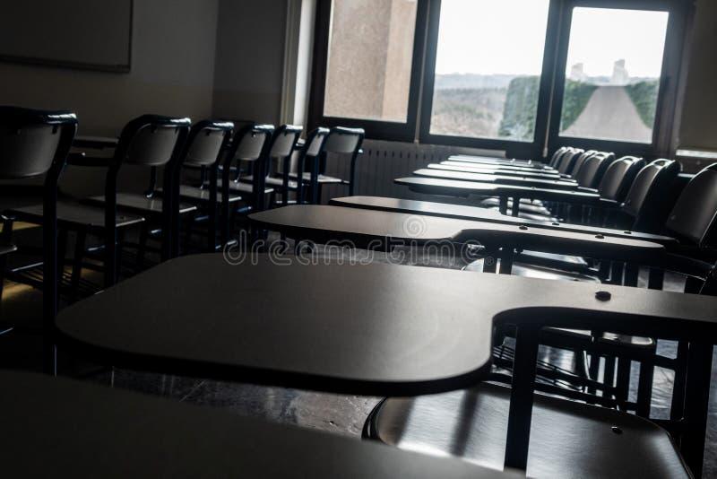 Zetels bij het klaslokaal van een school stock foto's