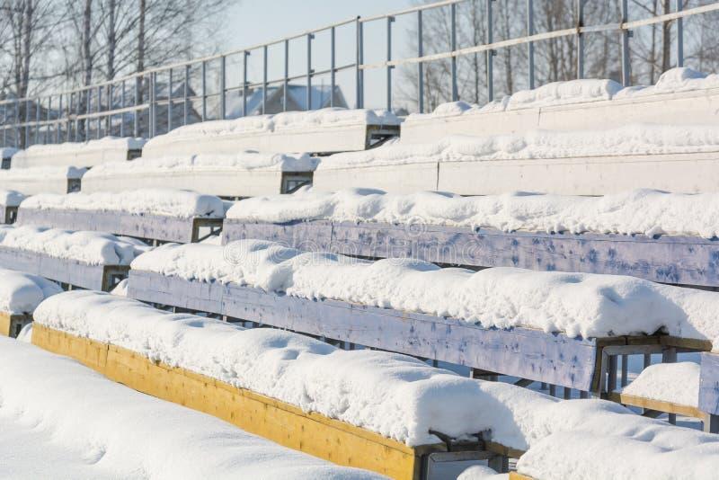 Zetels in het stadion onder de sneeuw Stoelen voor toeschouwers bij het stadion onder de sneeuw royalty-vrije stock foto