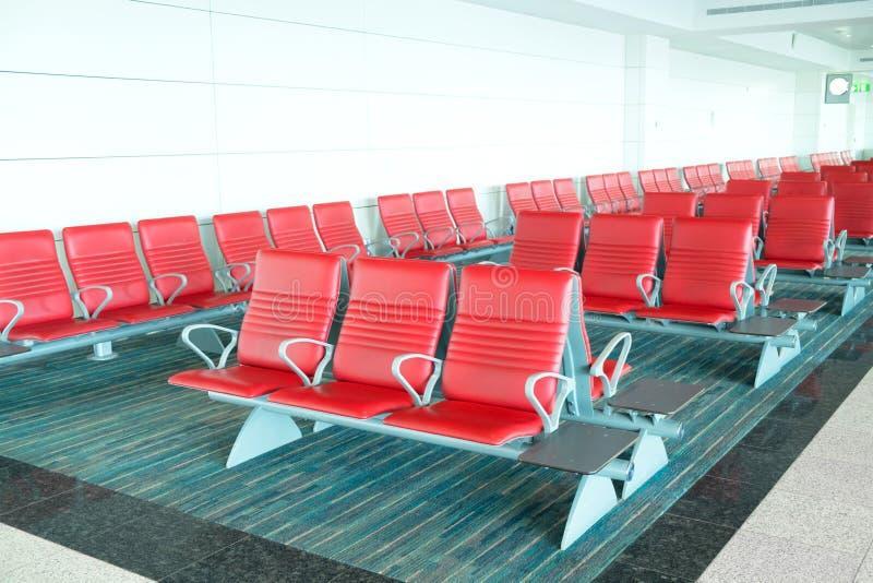 Zetels op vertrekgebied in luchthaventerminal stock foto's