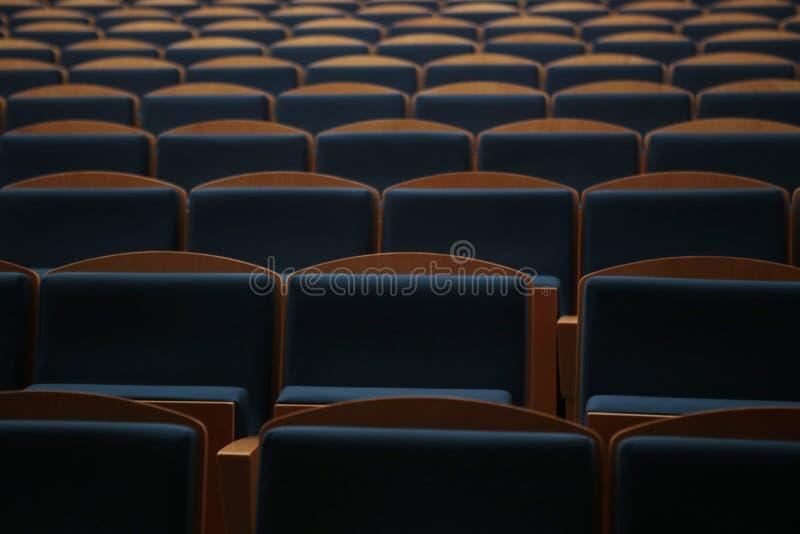Zetelsrijen in een leeg theater hallroom stock foto