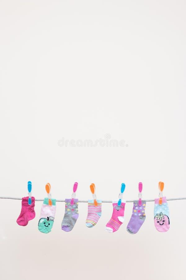 Zeven Babyssokken op Waslijn stock foto's