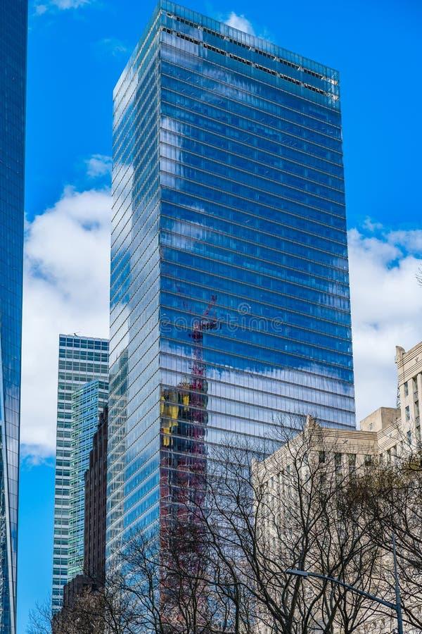 Zeven die World Trade Center met wolken en bouwkraan in de vensters wordt weerspiegeld royalty-vrije stock afbeelding