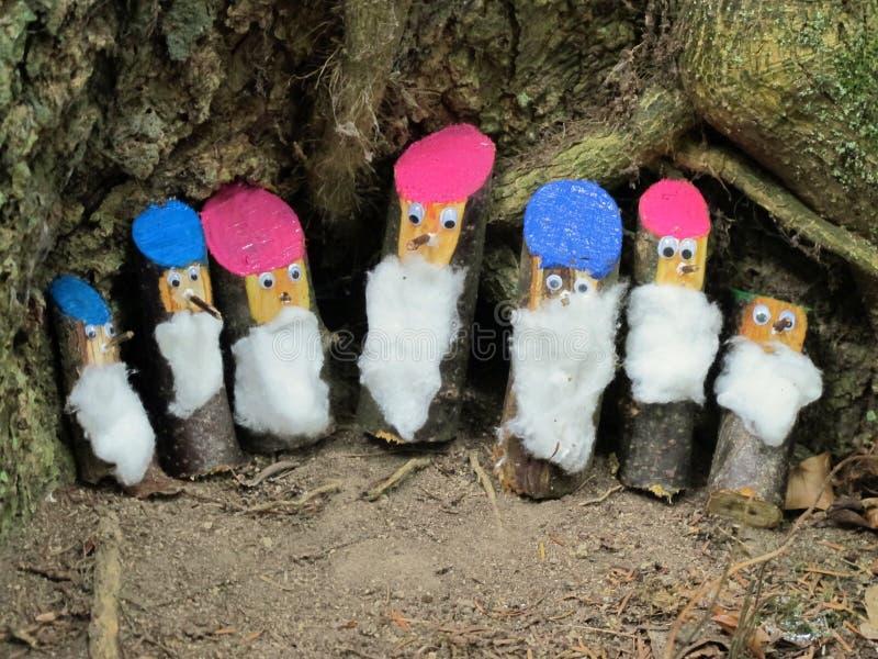 Zeven dwergen in het bos handcrafted door kinderen stock afbeeldingen