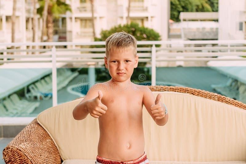Zeven-jaar-oud gelooid kind stock foto