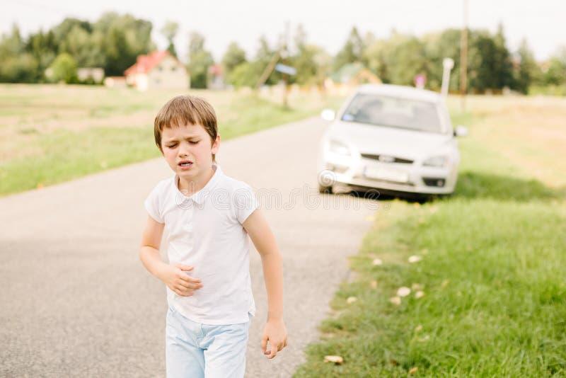 Zeven jaar oud kind lijdt aan bewegingsziekte stock afbeeldingen