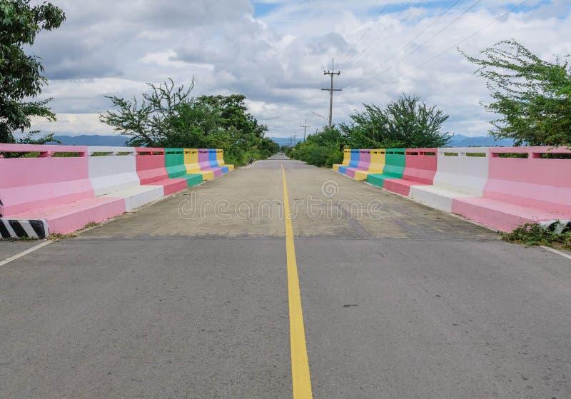 Zeven kleurenbrug in het nationale park prachubkirikhun frome Thailand van Khao Samroiyod stock foto