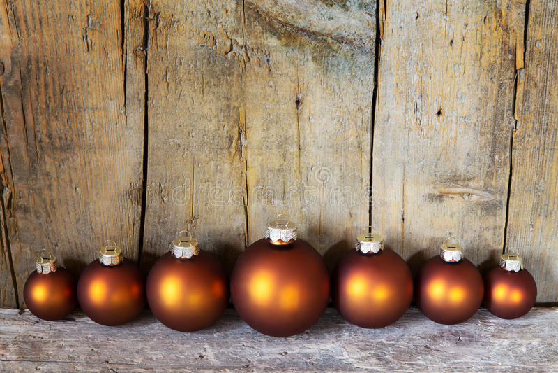 Zeven koper gekleurde Kerstmisballen royalty-vrije stock afbeelding