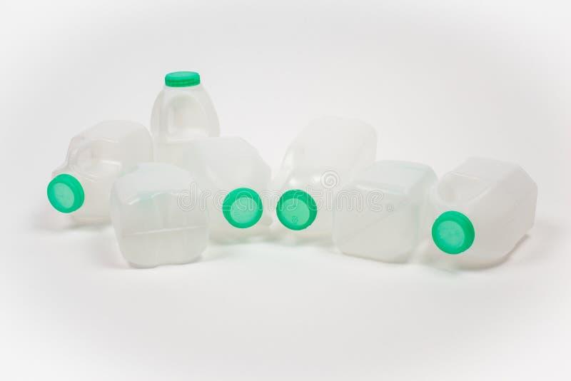 Zeven plastic Melkflessen stock fotografie