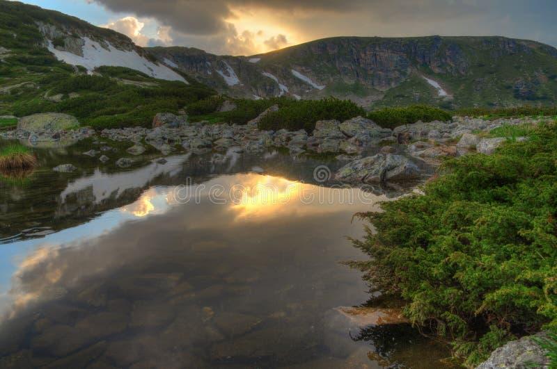 Zeven Rila-Meren, Bulgarije - zonsondergang op het Vissenmeer royalty-vrije stock fotografie