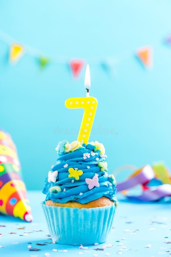Zevende 7de verjaardag cupcake met kaars Kaartmodel royalty-vrije stock afbeelding