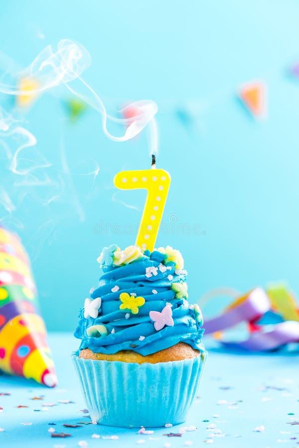 Zevende 7de verjaardag cupcake met kaars uit slag Kaartmodel royalty-vrije stock afbeeldingen