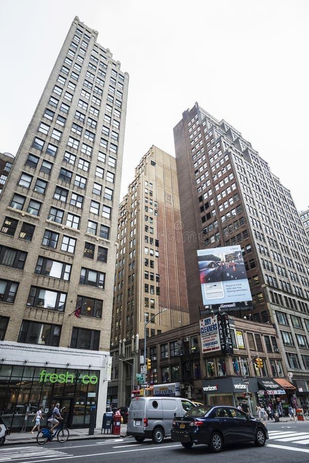 Zevende Weg 7de Weg met verkeer, een Vers mede restaurant en mensen rond in Manhattan stock afbeeldingen
