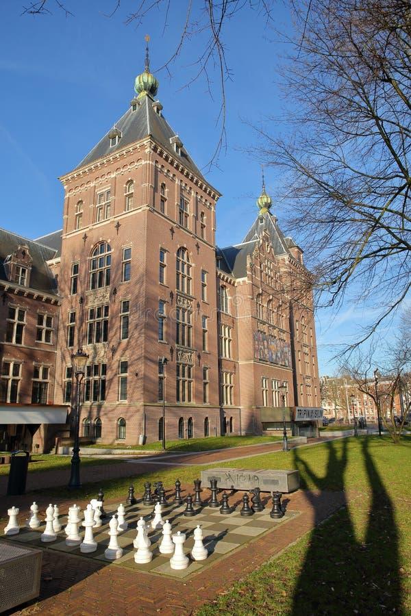 Zewnętrznie fasada Tropenmuseum w Amsterdam, z gigantyczną szachową grze w przedpolu zdjęcie stock