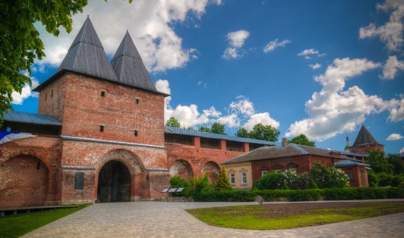 Zewnętrzny widok Zaraysk Kremlin ściana z bastionu i St Nicholas wierza, Moskwa region, Rosja zdjęcia stock