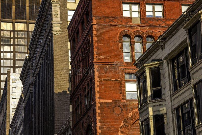 Zewnętrzna fasada nowożytni 1900 ` s architektonicznego stylu handlowi biurowi biznesowi budynki w w centrum mieście, cegła, kami obrazy stock