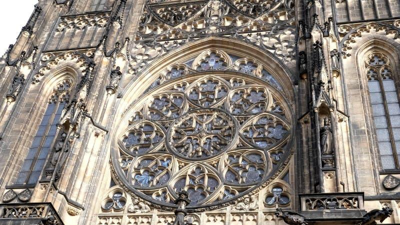 Zewnętrzne zdjęcie zabarwionego okna w katedrze st vitus w prague obrazy royalty free