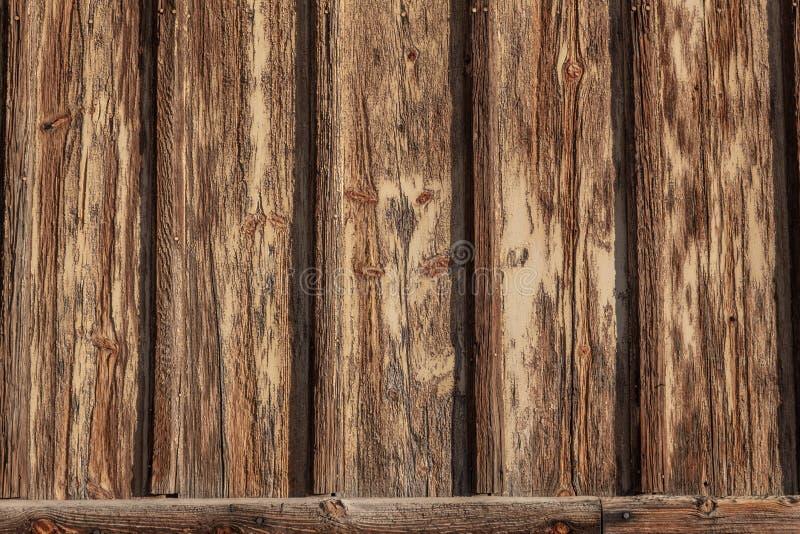 Zewnętrznej ściany tło z deski i listwy drewnem, ciężko wietrzejący, strugać i pękałam farba fotografia royalty free