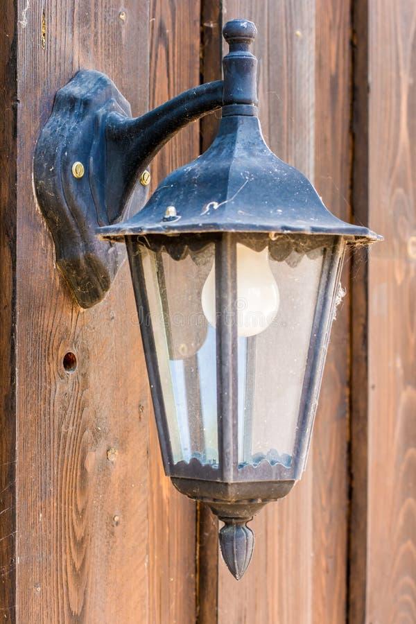 Zewn?trznie lampa na drewnianej fasadzie zdjęcie royalty free