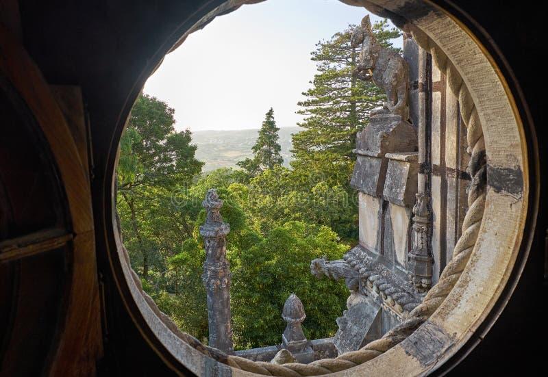 Zewnętrzny balkon widzieć od round okno Quinta da Regaleira pałac Sintra Portugalia obraz stock